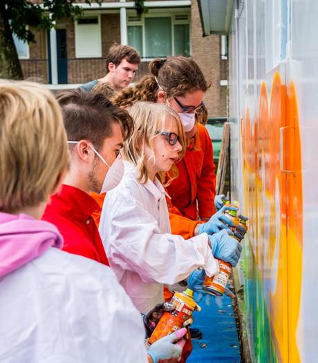 Graffiti siert oude garageboxen in Schoonhoven