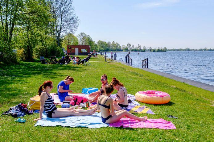 Zonnebaden en zwemmen aan de Vinkeveense Plassen.