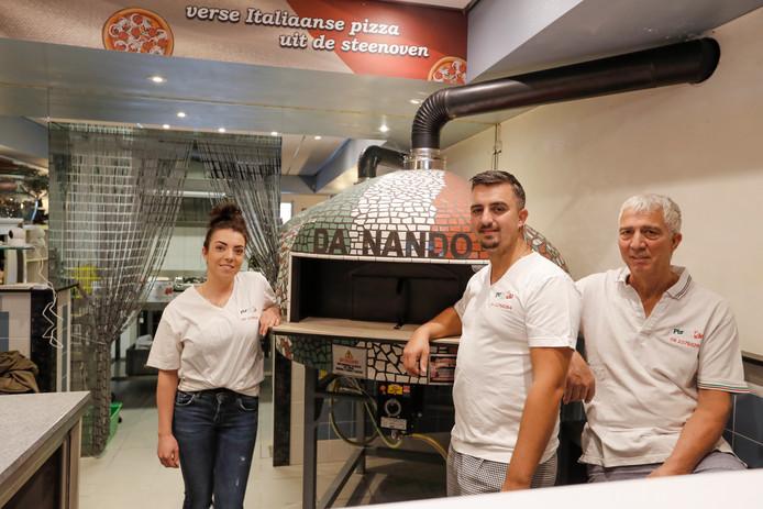 De familie Amato bij de handgemaakte pizza-oven.