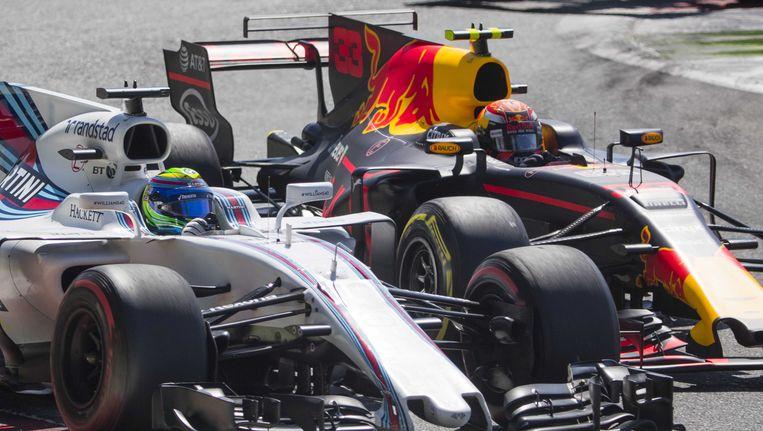 Max Verstappen (R) in gevecht met Felipe Massa tijdens de Grand Prix van Italië. Verstappen verliest de strijd met een lekke band. Beeld anp