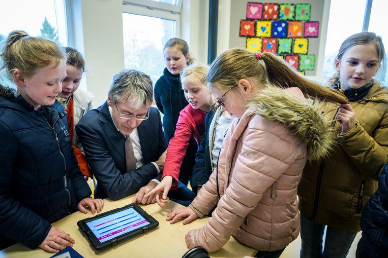 Minister Arie Slob van onderwijs bezoekt een school in Bedum. De minister wil dat scholen duidelijke afspraken maken over ouderbijdrages, anders past hij de wet aan. Beeld Kees van de Veen
