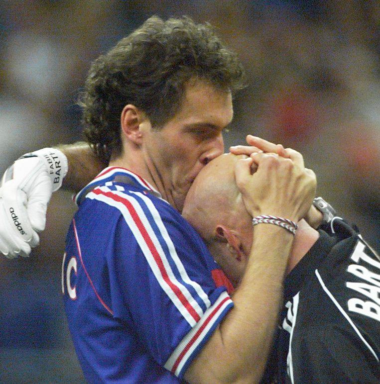 Laurent Blanc kuste het kale hoofd van Fabien Barthez in 1998 ook na de gewonnen finale tegen Brazilië.