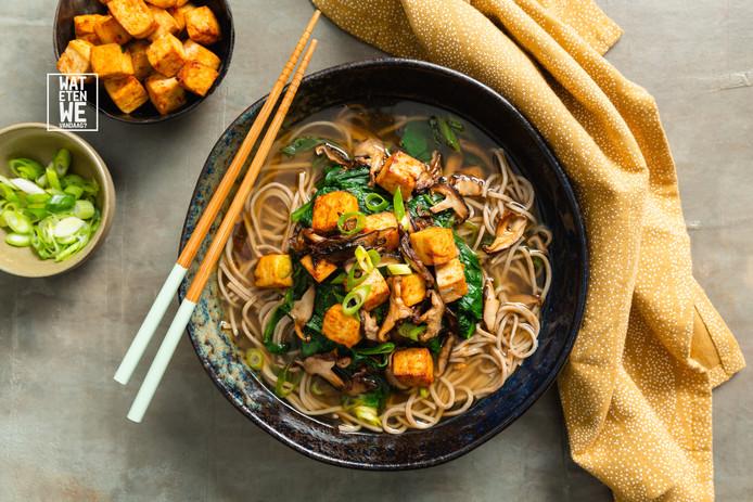Noedelsoep met spicy tofu en paddenstoelen