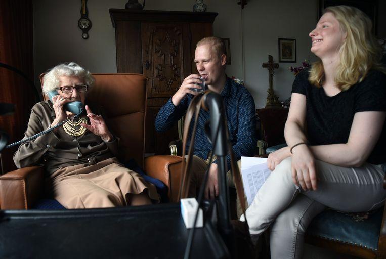 Een vrouw (100) en twee jongeren in het verzorgingshuis. Beeld Marcel van den Bergh