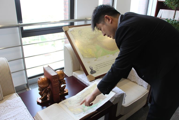 Lü Jie toont het boek van de Duitser die ooit de term Zijderoute bedacht. Beeld Leen Vervaeke