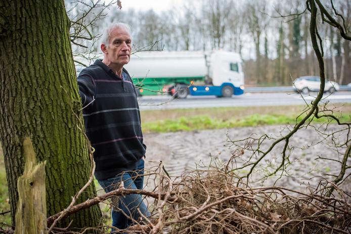 Stef Silvester ondervindt veel geluidsoverlast van de A67-snelweg die pal naast zijn woning en tuin loopt.