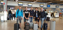 Barten, Jan, Daan, Joris, en Bram zaten een dag eerder nog in de bus vanuit London. Vandaag vliegen ze vanuit Eindhoven richting Lloret de Mar.