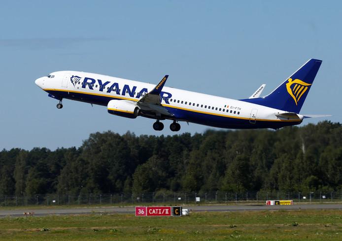 Een Ryanair Boeing 737-800 stijgt op.