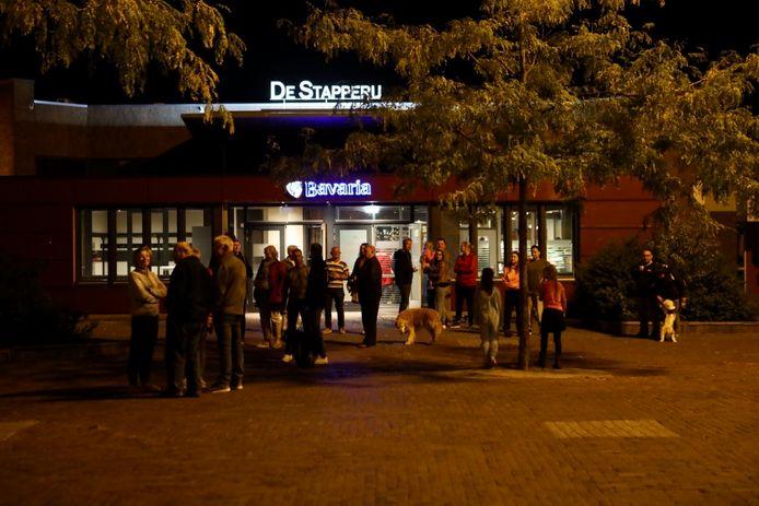 Buurtbewoners worden opgevangen bij café De Stapperij naast de sporthal in Veghel.