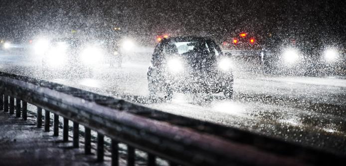 Verkeer trotseert de sneeuw