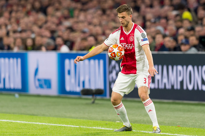 Joël Veltman controleert de bal hier met zijn lichaam.