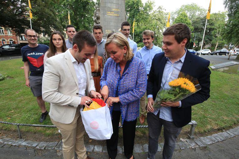 Na de plechtigheid kreeg Homans van Jong N-VA een vod in de Belgische driekleur, een knipoog naar haar veelbesproken uitspraak waarbij ze de Belgische vlag een vod noemde.  Homans wilde het cadeau niet in ontvangst nemen.