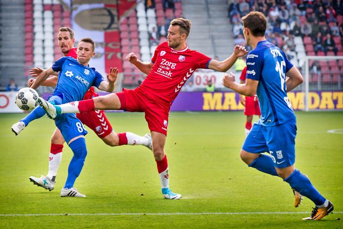 Sander van de Streek in het duel met Lech Poznan.