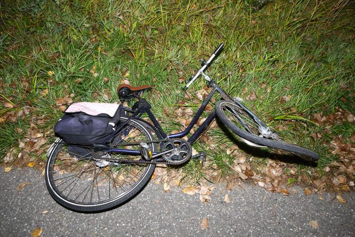 De automobilist raakte de fietser per ongeluk. De bestuurder raakte in bewusteloze toestand te water, maar werd gered door zijn buurman die hem juist had aangereden.