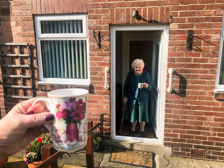 'Even een kopje koffie in de tuin, we weten heus wel wat we doen,' zei de familie van Malou Holshuijsen over een bezoek aan opa en oma. Beeld Getty Images