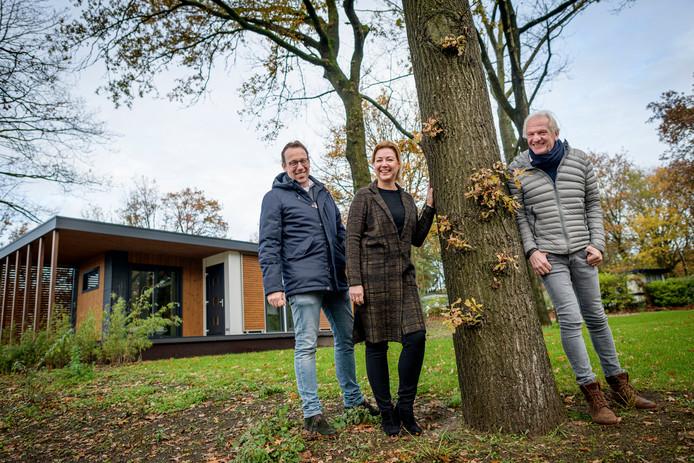Marco Jansen, zijn vrouw Sheila en Robert-Jan Kortenoever (vanaf links) willen voorzieningen 'op niveau te brengen' en Landgoed Kattenbergse Hoeve een 'frisse uitstraling' geven.