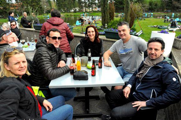 De tafeltjes op het terras zaten goedgevuld met allemaal mensen die dichtbij Danny stonden.