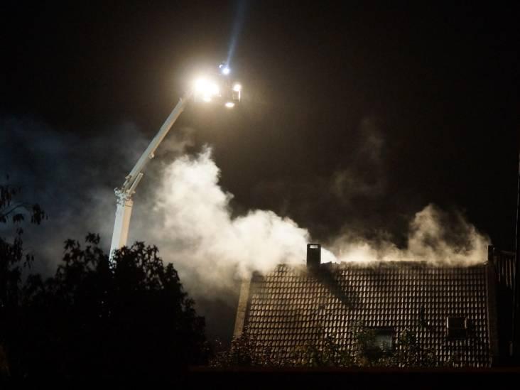 Schoorsteenbrand slaat uit naar het dak, veel schade aan huis in Waspik