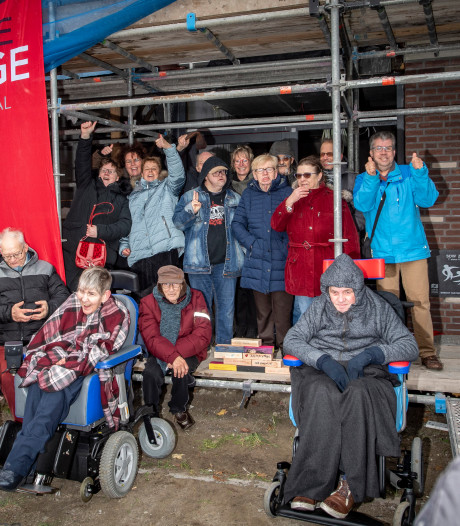 Bewoners Zuiderdreef leggen hun eigen muurtje