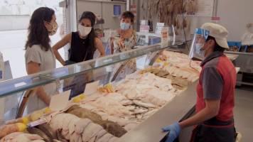 Vegi tweeling op bezoek bij de buren: de viswinkel