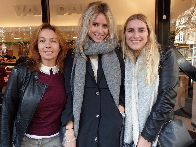 En nog even langs de slagerij in de Cornelis Schuytstraat. Sabine Zurel, Sanne van Kuijck (Talkies Magazine) en Jill van Ruiten (vlnr, Linda Magazine) Beeld Schuim
