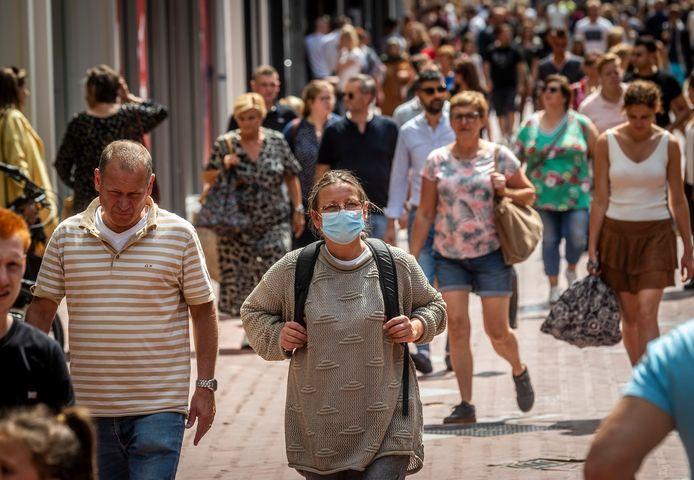 """De mondkapjes in de winkelstraat zijn op één hand te tellen. ,,Italië, Frankrijk, België: overal moeten we een mondkapje op maar hier niet. Wat weten die Hollanders wat wij niet weten?"""""""