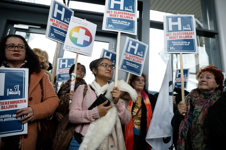 Medewerkers en patiënten protesteren tegen bij een vestiging van Zilveren Kruis Achmea tegen de sluiting van het Slotervaartziekenhuis en de IJsselmeerziekenhuizen.  Beeld ANP