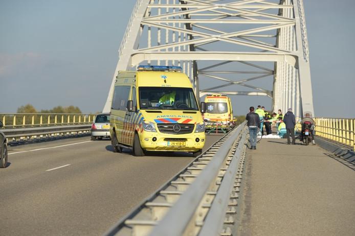 Wielrenner overlijdt na botsing tegen brug.