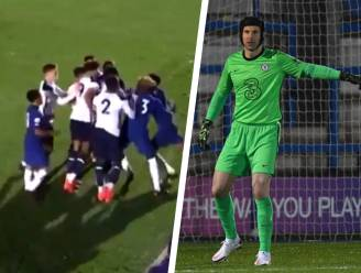 Chelsea-flop begaat smerige fout op 16-jarige Tottenhamspeler in beloftenmatch, waarin Petr Cech in doel staat