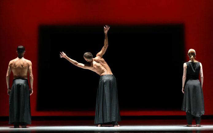 Introdans voerde woensdagavond voor het eerst het nieuwe ballet Amazing Asia uit in Stadstheater Arnhem.