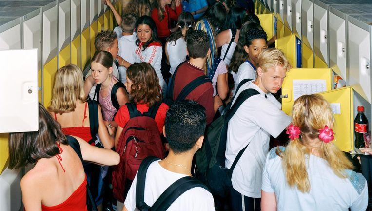 Leerlingen van het Damstede-lyceum in Amsterdam bij hun lockers. Beeld Raimond Wouda