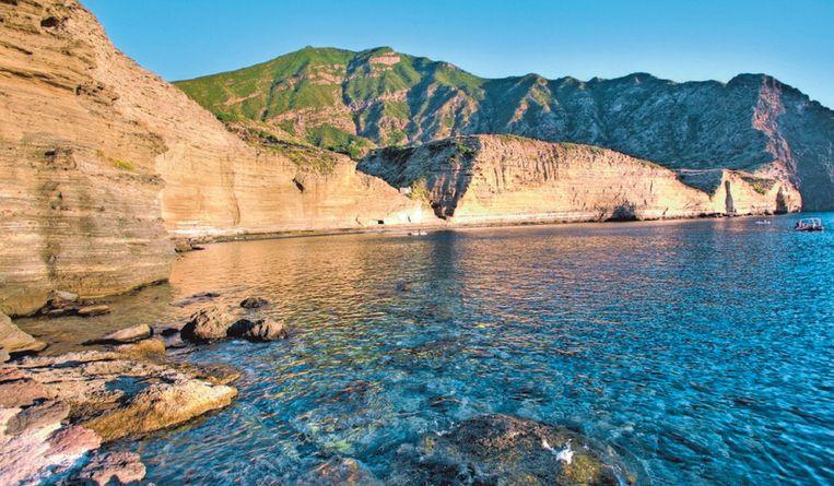 De helderblauwe baai van Pollara op het eiland Salina.