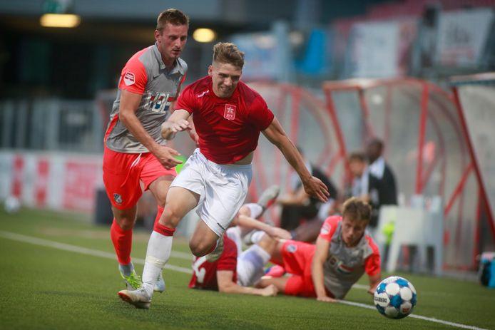 Jens van Son van FC Eindhoven (l) in de achtervolging bij een MVV-speler.