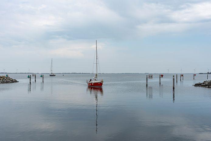 Een van de weinige zeiljachten op de Grevelingen zondag loopt de haven van Bruinisse binnen.