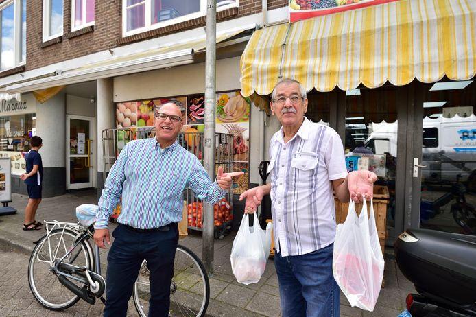 GoPo-raadslid Rachid Karkache (links) op de Bosweg in Korte Akkeren in gesprek met Ali Chouli, oud-bestuurslid van het Centrum Buitenlanders Rijn en Lek.
