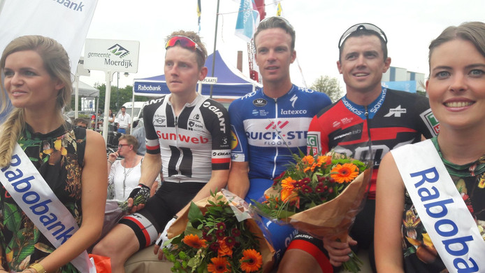 Het podium in Zevenbergen met van links naar rechts Sam Oomen, Iljo Keisse en Simon Gerrans.