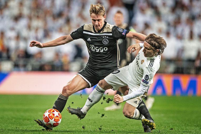 Frenkie de Jong zet Luka Modric opzij, tijdens Real Madrid - Ajax, 5 maart 2019.  Beeld Guus Dubbelman / de Volkskrant