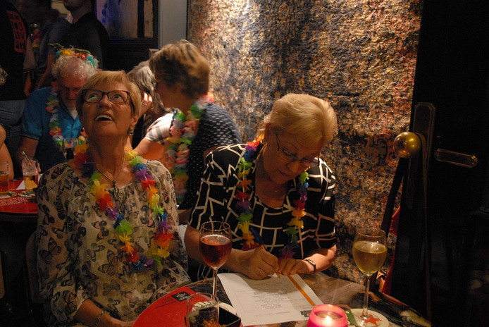 De deelnemers waren behangen met guirlandes in Hawaïaanse stijl, wat perfect aansloot op de zomereditie van de Pub Quiz.