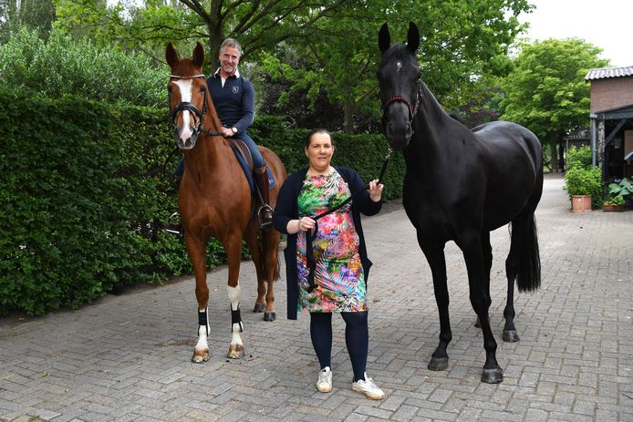 """Aniek van Santvoort met """"Lente"""" en links haar compagnon Paul van Rijswijk met """"Hummer""""."""