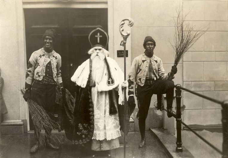 Zwarte Pieten in 1912, de roe hoorde er nog helemaal bij. Beeld Spaarnestad