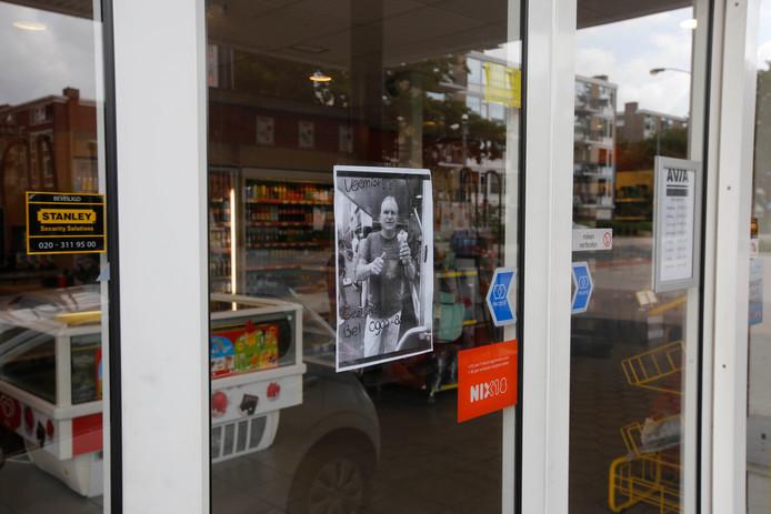 Ook middels een postertje bij een benzinepomp wordt om informatie over de vermiste Dordtenaar gevraagd.