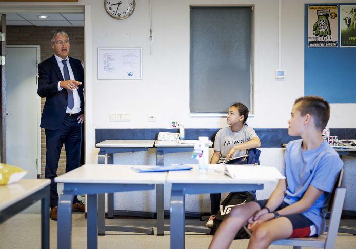 Minister Arie Slob voor Basis- en Voortgezet Onderwijs nam begin juni al een kijkje op een middelbare school die weer begon met lesgeven.