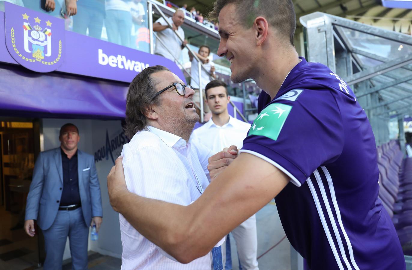 05 augustus 2018: Anderlecht klopt Oostende met 5-2, heeft zes op zes. Coucke is dolgelukkig en viert hier met spits Ivan Santini.