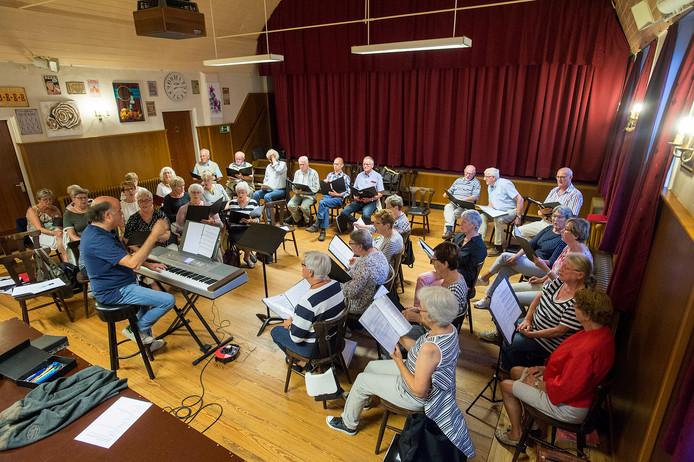 Het Ossendrechtse koor Innovation oefent onder leiding van de Vlaamse topdirigent Renaat Deckers voor het jubileumconcert ter gelegenheid van het 25-jarig bestaan.