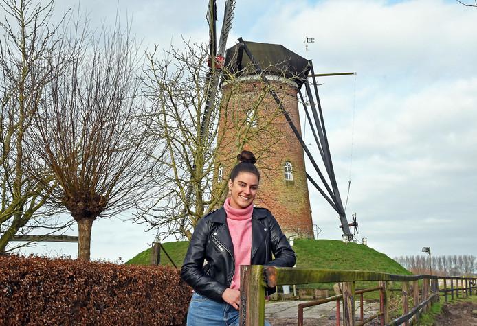 Maartje de Smit verzamelt en vertelt waargebeurde streekverhalen voor in de klas, hier staat ze bij de Schoondijkse molen.