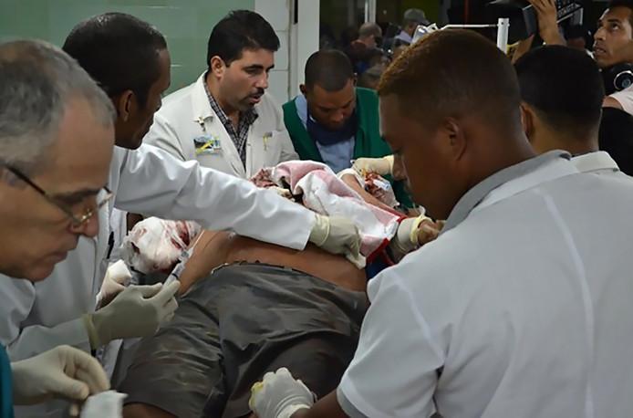 Specialisten ontfermen zich over de gewonden bij binnenkomst in het ziekenhuis.