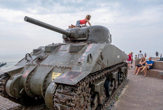 De tank op dijk Westkapelle is ook een toeristische trekpleister.