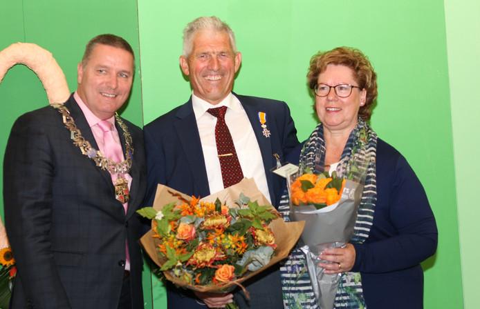 Burgemeester Delhez, Henk Waarma en zijn echtgenote Ellen.