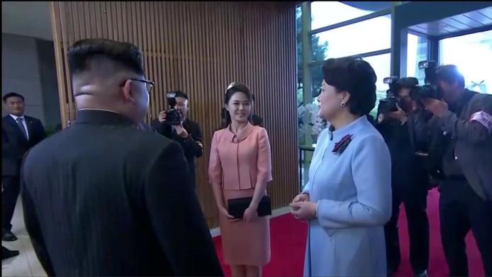 Kim Jong-uns vrouw Ri Sol-ju wordt ontvangen door de vrouw van de Zuid-Koreaanse president.