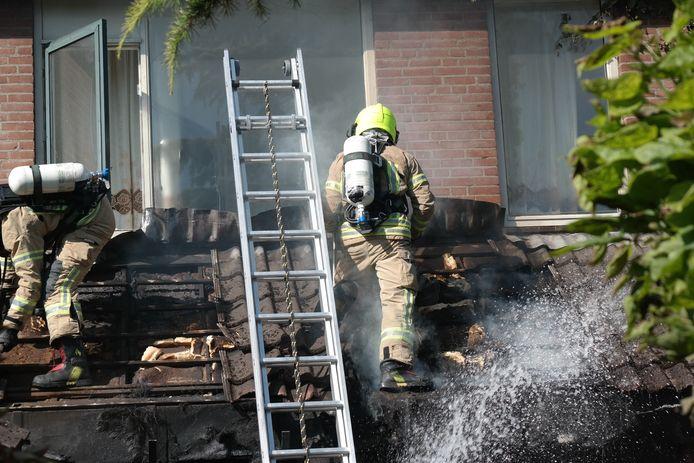 Twee bewoners van een woning aan de Schijfmos in Nieuwerkerk zijn gewond geraakt bij een grote woningbrand.